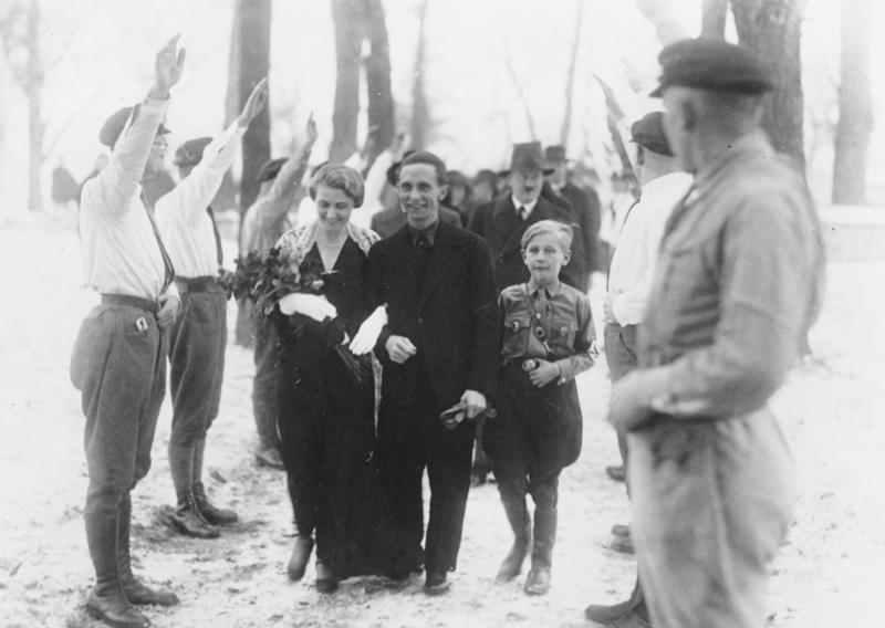 Hochzeit J. Goebbels: auf dem Wege zur Kirche.
