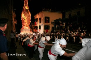"The grand and very heavy processional piece of the Macchianata di Santa Rosa is put into motion by the townspeople of Viterbo who dress in traditional costume and call themselves ""Il Facchini"", or The Marchers."